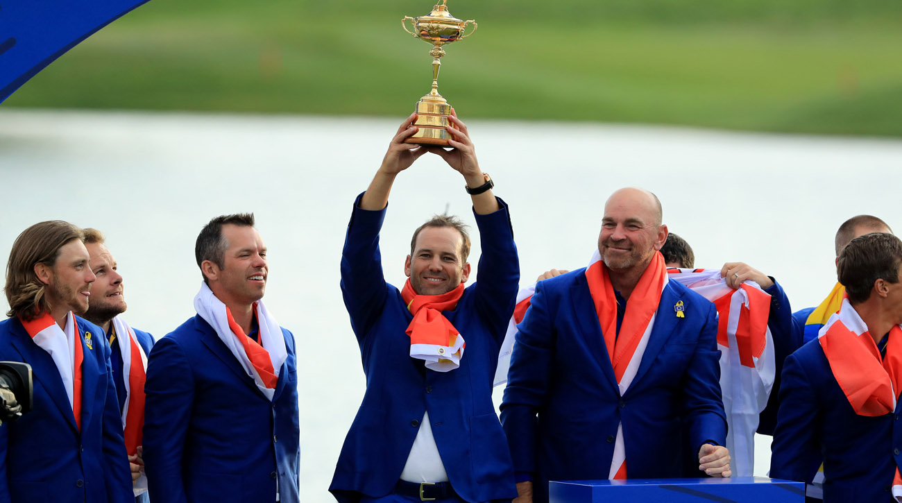 Sergio García alza el trofeo de la Ryder Cup 2018 en Le Golf National (© Getty Images)