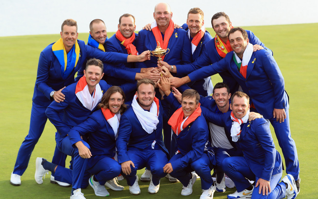 Thomas Bjørn with the European Ryder Cup winning team (© Getty Images)