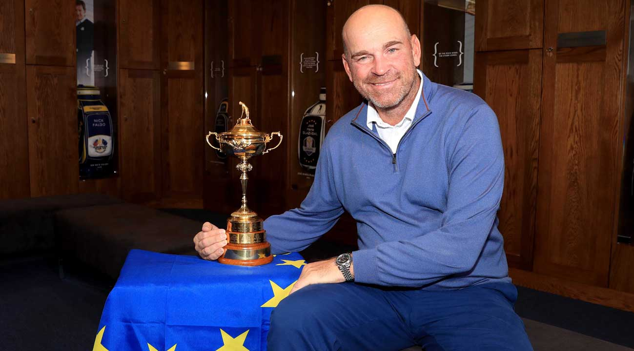 Thomas Bjørn with the Ryder Cup trophy (© Getty Images)