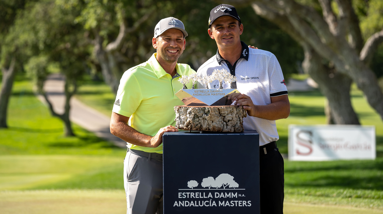 Christiaan Bezuindehout and Sergio García with the Estrella Damm N.A. Andalucía Masters trophy (foto © Real Club Valderrama)
